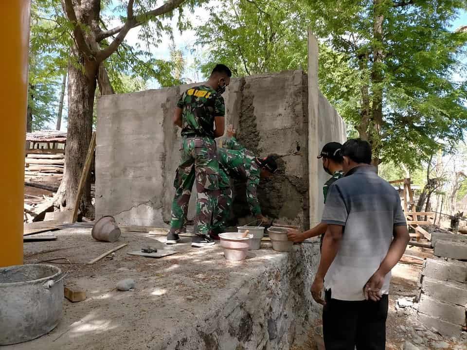 Satgas Yonarmed 3/105 Tarik Bangun Bak Penampungan Air Untuk Warga Napan