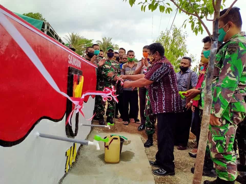 Bersama Camat Lasiolat, Dansatgas Yonif RK 744 Resmikan Bak Penampungan Air di Desa Dualasi