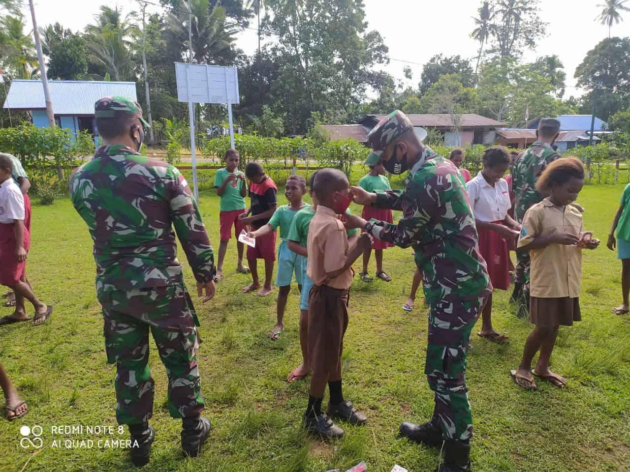 Bagikan Masker, Satgas Yonif 125 Ajak Siswa SD YPK Toray Bersikan Lingkungan Sekolah