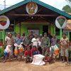Tingkatkan Perekonomian Warga Erambu, Satgas Yonif 125 Berikan Bantuan Jaring Ikan