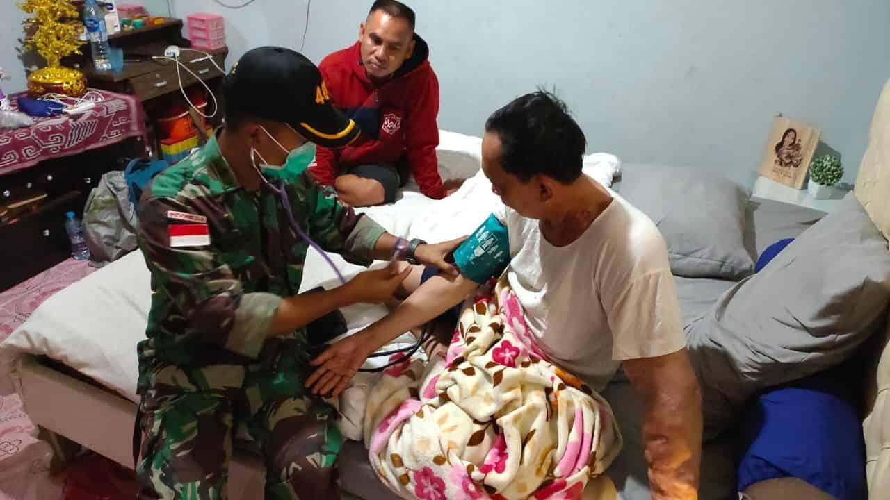 Bantu Warga Perbatasan RI-Malaysia, Satgas Yonif 407 Berikan Pelayanan Kesehatan Keliling