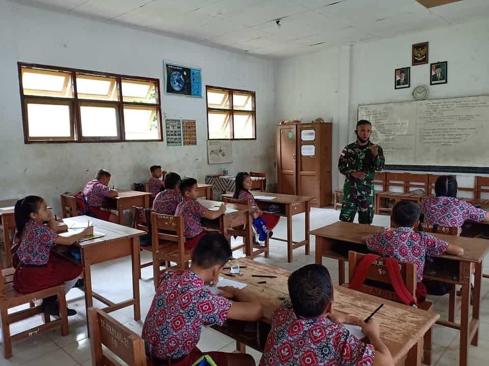Cerdaskan Anak Perbatasan, Satgas Yonif R 200/BN Menjadi Guru Bantu di SDN Long Punjungan