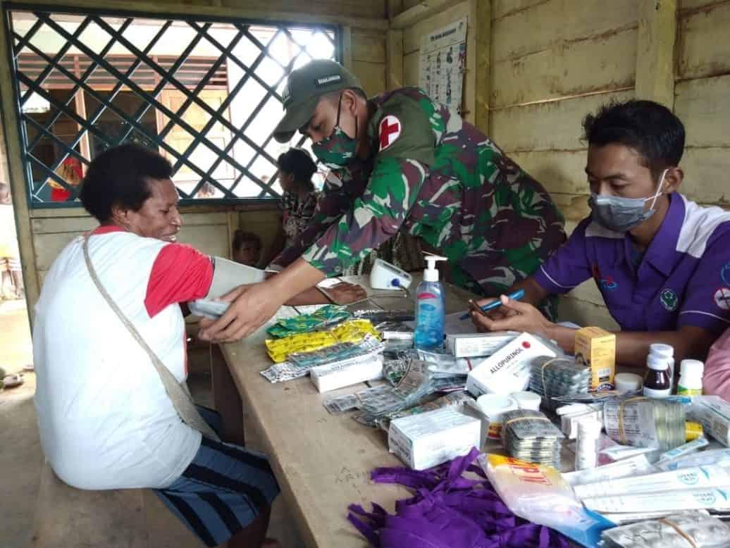 Satgas Pamtas RI-PNG Yonif Mekanis 516/CY Adakan Pengobatan Massal di Distrik Waropko
