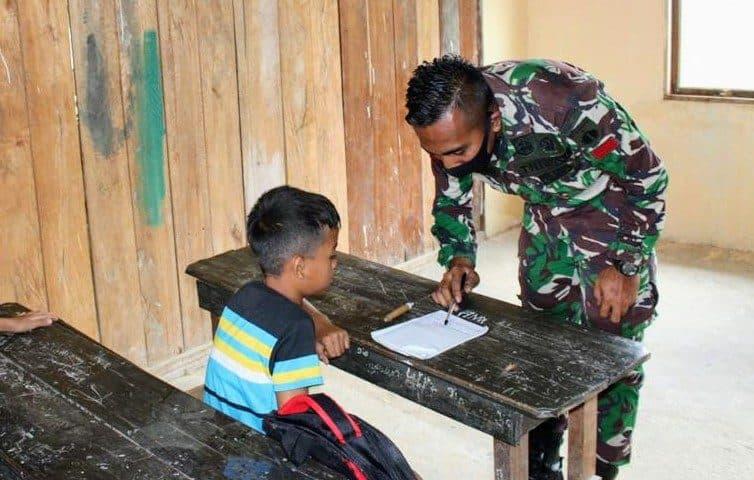 Peduli Pendidikan Anak Perbatasan, Satgas Yonif 407 Mengajar di SD Mini Sungai Tekam