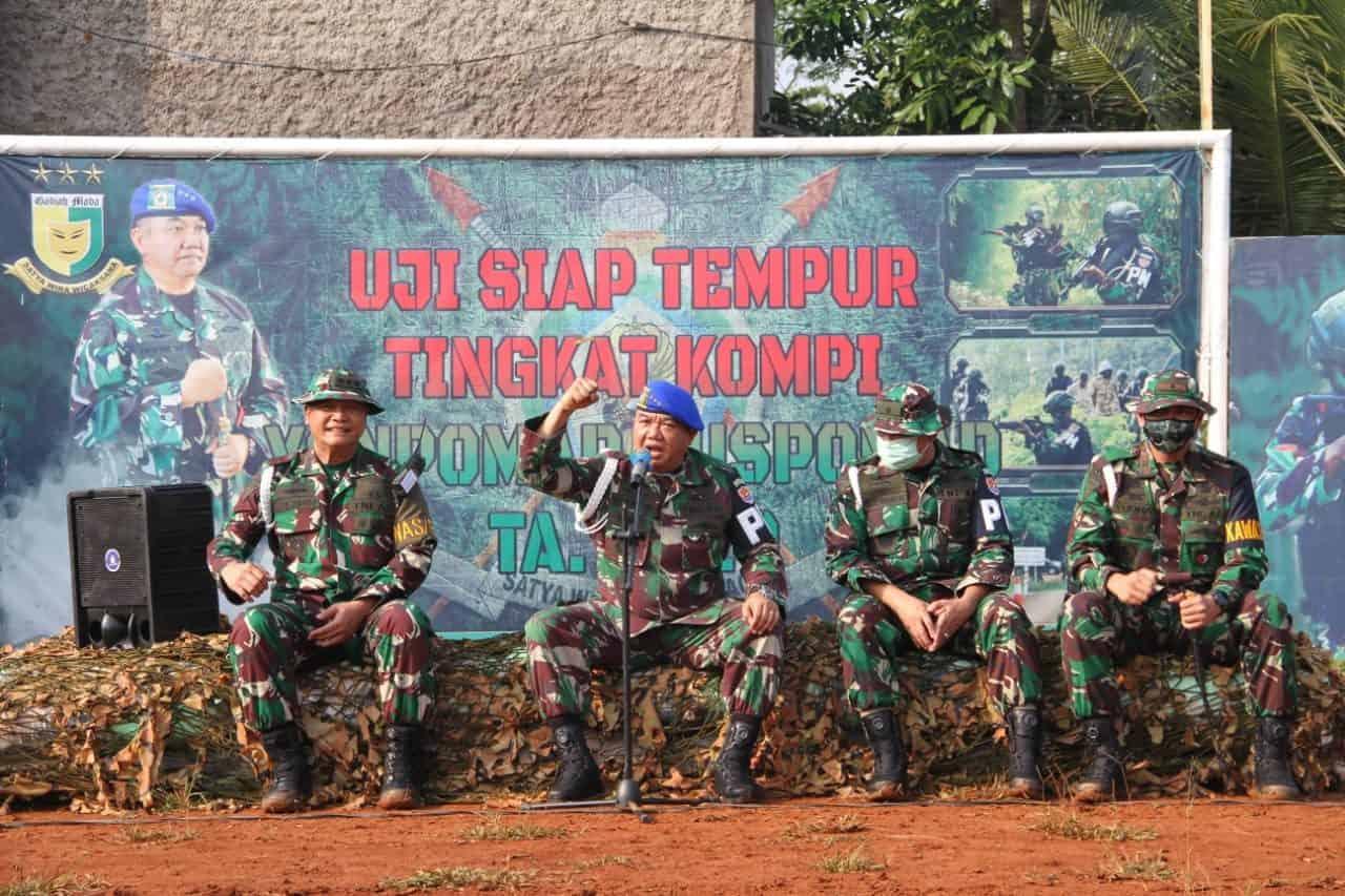 Danpuspomad Tinjau Latihan UST Kompi Yonpomad dan Bagikan Sembako Untuk Warga