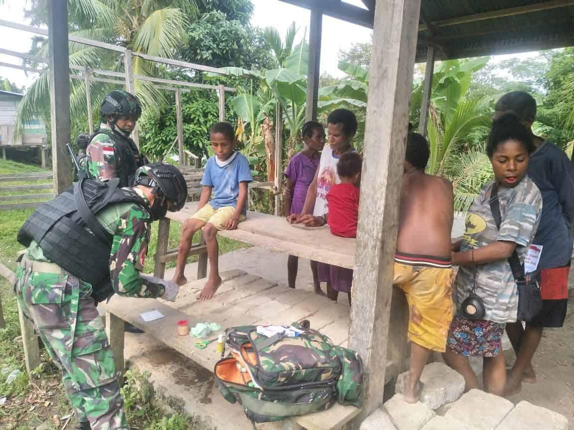 Keliling Kampung Sach, Satgas Yonif R 100 Beri Pengobatan Gratis Warga Perbatasan