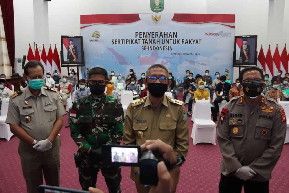 Pangdam XII/Tpr dan Forkopimda Kalbar Saksikan Penyerahan 1 Juta Sertifikat Gratis dari Presiden