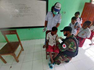 Satgas Yonif R 100 Gandeng Puskesmas Waris Berikan Imunisasi Kepada Murid SD Kanandega