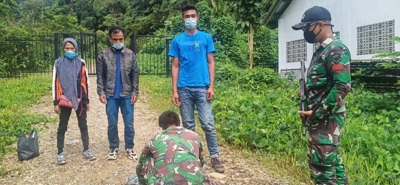 Satgas Yonif 642/Kps Amankan Tiga Orang Pelintas Batas Ilegal