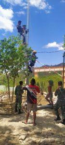 Personel Satgas Pamtas Yonif 744/SYB Bantu Pemasangan WiFi Gratis Dari Kominfo