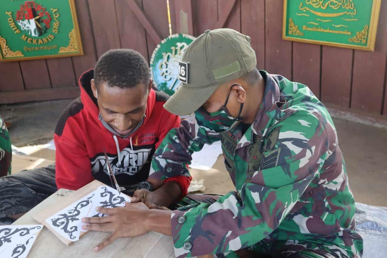 Satgas Yonif Mekanis 516/CY Berikan Pelatihan Keterampilan Seni Ukir Kepada Masyarakat