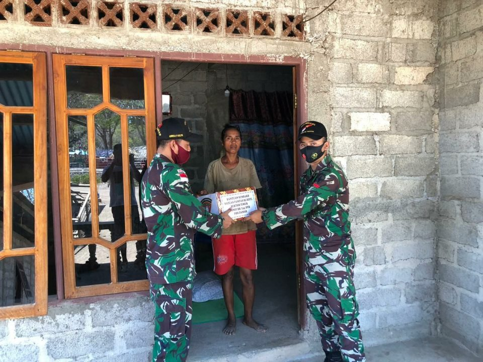 Sembako Satgas Yonif RK 744 Untuk Ringankan Warga Perbatasan RI-RDTL