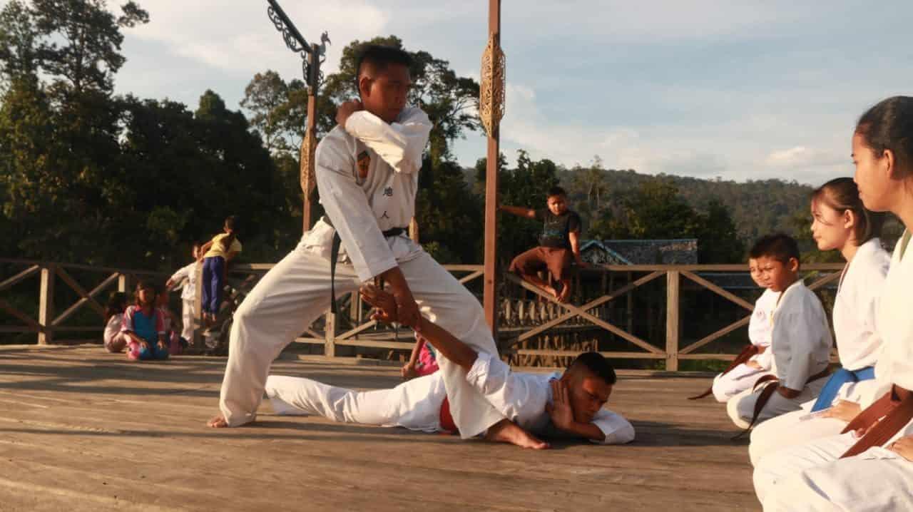 Selain Pencak Silat, Satgas Pamtas RI- Malaysia Yonif R 200/BN Latihkan Karate Anak Perbatasan