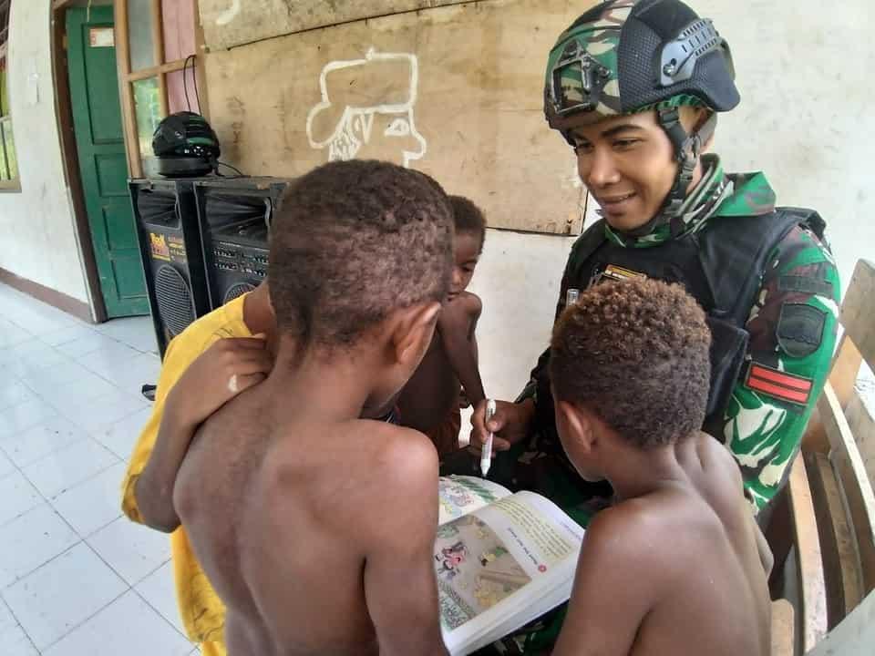 Tambah Cakrawala Pengetahuan, Bimbel Satgas Yonif R 100 Cerdaskan Anak-anak Kampung Kalilapar