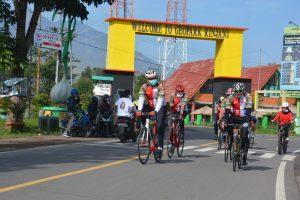 Sambil Bersepeda, Danrem 162/WB Sosialisasikan Prokes dan Baksos