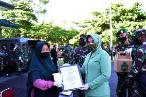 Peringati Hari Ibu Ke-92, Danrem 174/ATW Merauke Berikan Tali Asih Kepada Pedagang Keliling