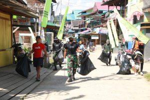 Bersama Warga Long Bagun Ulu, Satgas Pamtas RI-Malaysia Yonif R 200/BN Bersihkan Jalan Kampung
