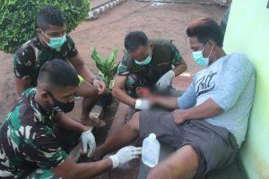 Luka Diserang Babi Hutan, Yanto Diobati Satgas Yonif 125/Si'mbisa