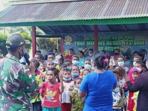 Rubah Truk Jadi Perpustakaan Keliling, Satgas Yonif MR 413 Kostrad Bantu Cerdaskan Anak Perbatasan RI-PNG