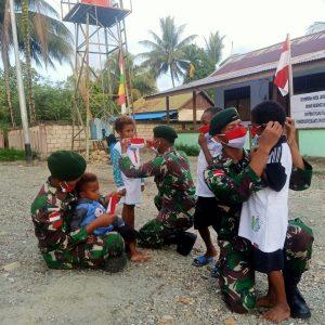Bulan Penuh Kasih, Satgas Yonif MR 413 Bagikan Kaos dan Masker Untuk Anak Perbatasan