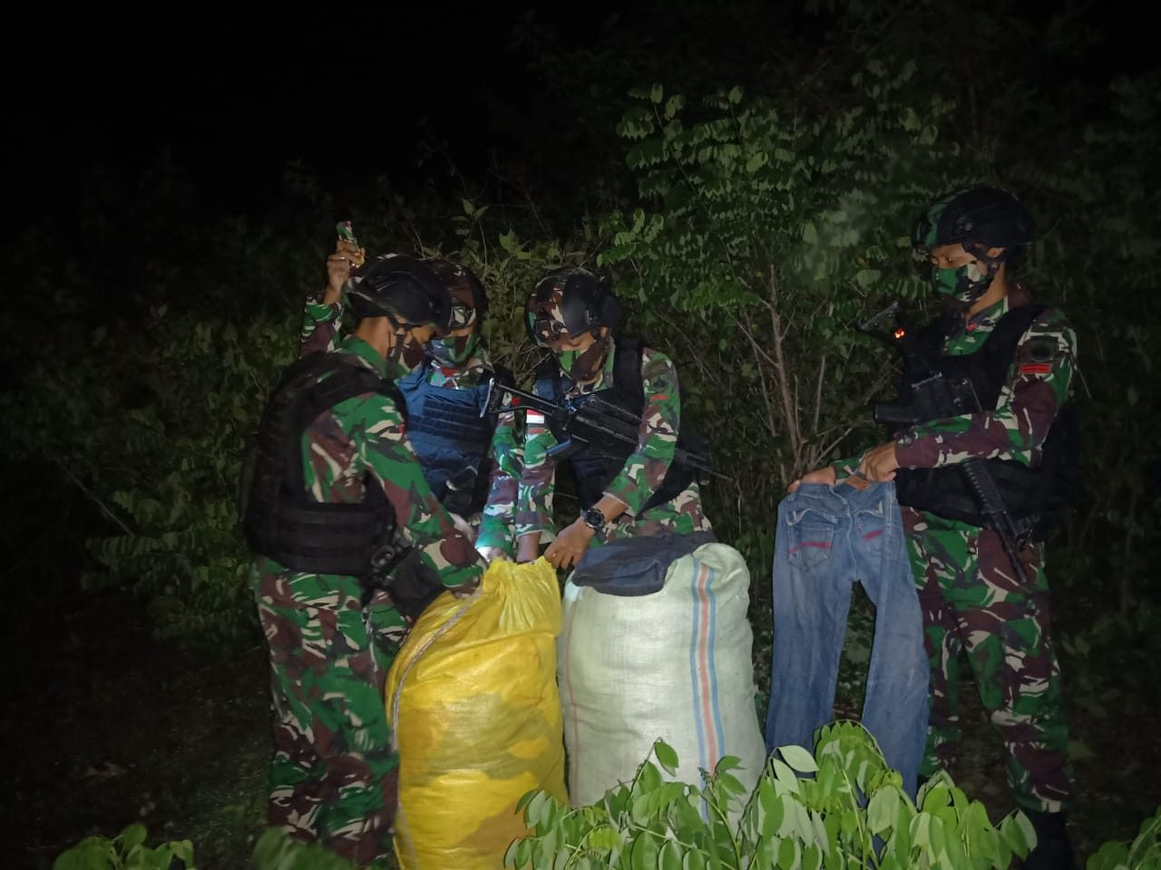 Penyelundupan 2 Karung Pakaian Bekas Digagalkan Satgas Yonarmed 3/105 Tarik di Perbatasan RI-RDTL