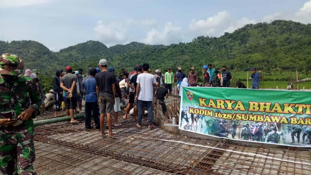 Kodim 1628/SB Bersama Masyarakat Gotong Royong Pengecoran Masjid Ar Rahman Desa Tepas Sepakat