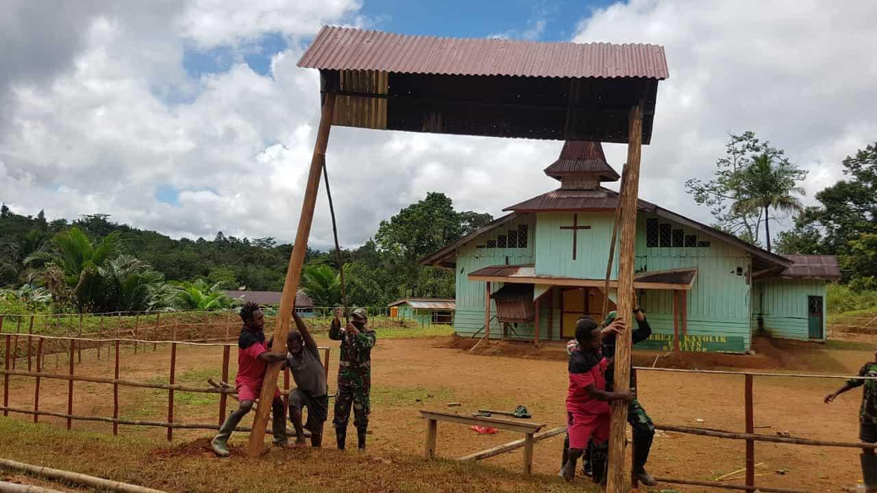 Peringati HUT ke-72 Infanteri, Satgas Pamtas Yonif 407/PK Laksanakan Karya Bakti Pembangunan Gereja Riam Sejawak