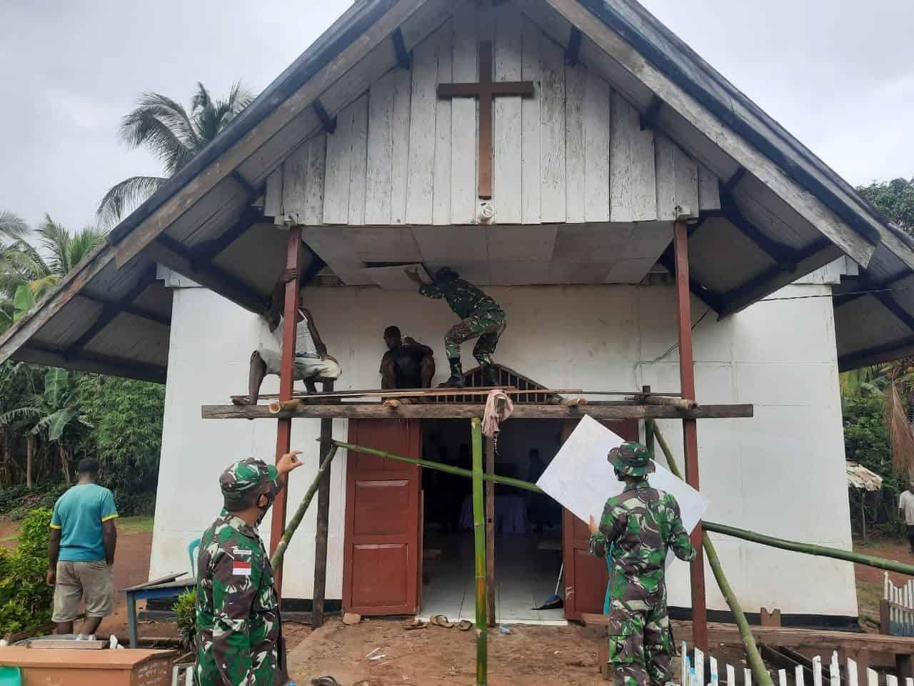 Jelang Natal, Satgas Yonif 125/Si'mbisa Bantu Memperindah Gereja Di Kampung Toray