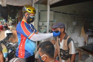 Sambil Gowes, Danrem 162/WB Sosialisasi Prokes Covid-19 Di Pasar Induk Mandalika