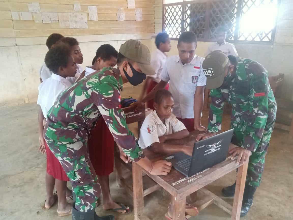 Satgas Yonif Mekanis 516/CY Ajarkan Ilmu Komputer Kepada Siswa Sekolah Dasar di perbatasan RI-PNG