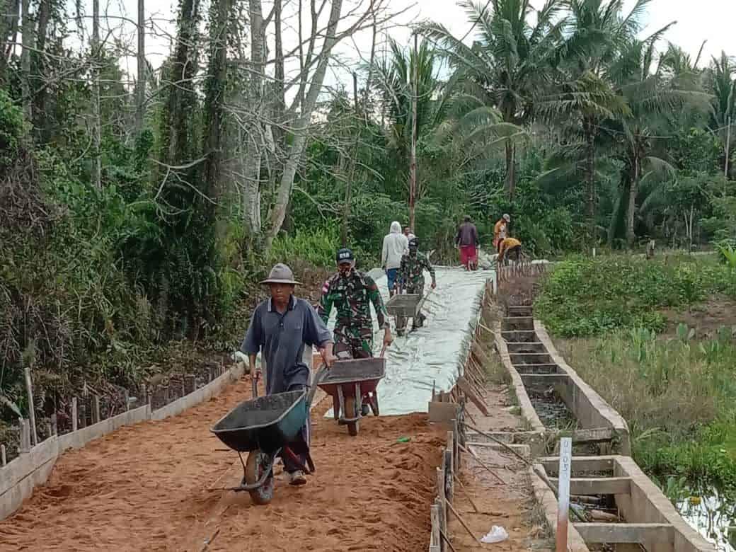 Tumbuhkan Semangat Gotong Royong, Satgas Pamtas Yonif 642/Kps Bersama Warga Bangun Jalan Desa