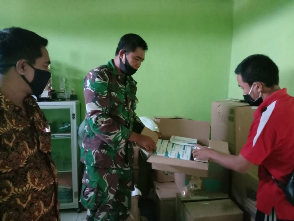 Personel Gabungan TNI – Polri Bantu KPUD Kawal Pendistribusian APD Ke PPK Se Kabupaten Sumbawa Barat