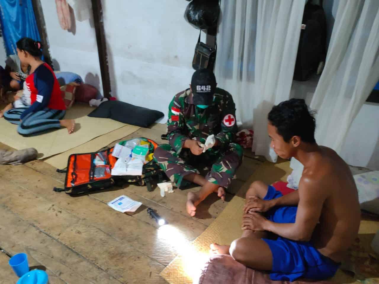 Jatuh dari Motor, Warga Dusun Sei Saparan Diobati Personel Satgas Pamtas Yonif 642/Kps