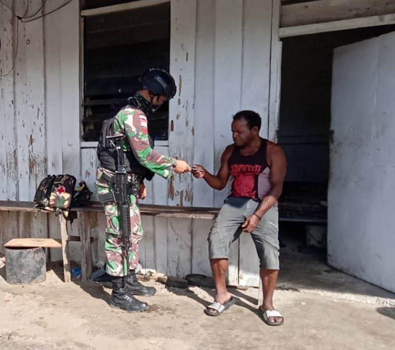 Pastikan Masyarakat Sehat, Satgas Yonif Raider 100 Keliling Kampung Berikan Pengobatan Gratis