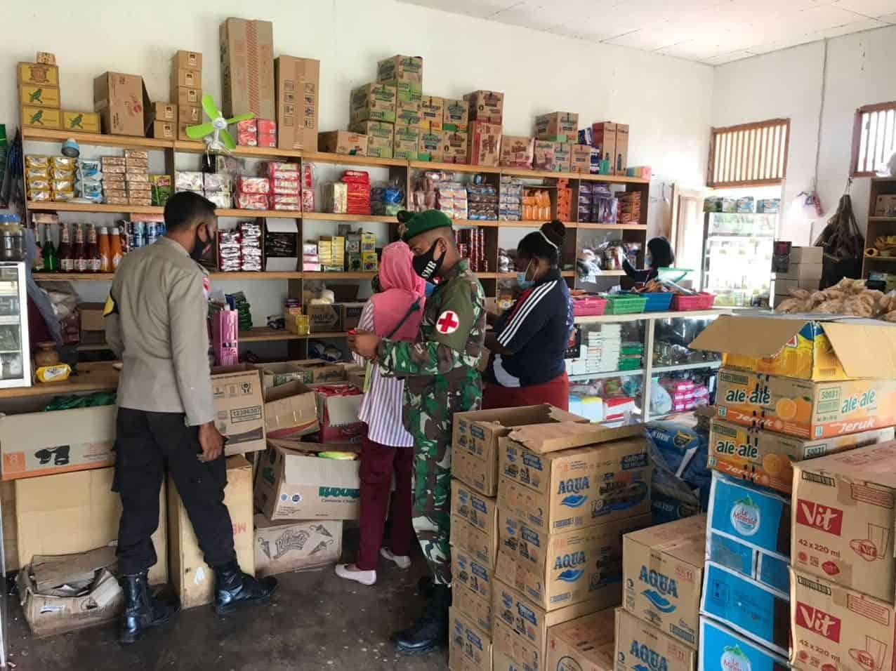 Pastikan Makanan dan Minuman Higienis, Satgas Yonif 125 Bersama Puskesmas Sota dan Kepolisian Sidak Kios Pedagang