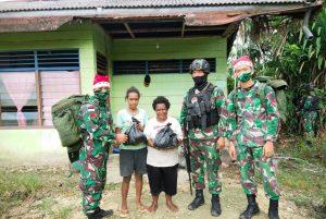 Hadirkan Sukacita Natal, Satgas Yonif Raider 100/PS Bagikan Bingkisan Kepada Warga Perbatasan RI-PNG