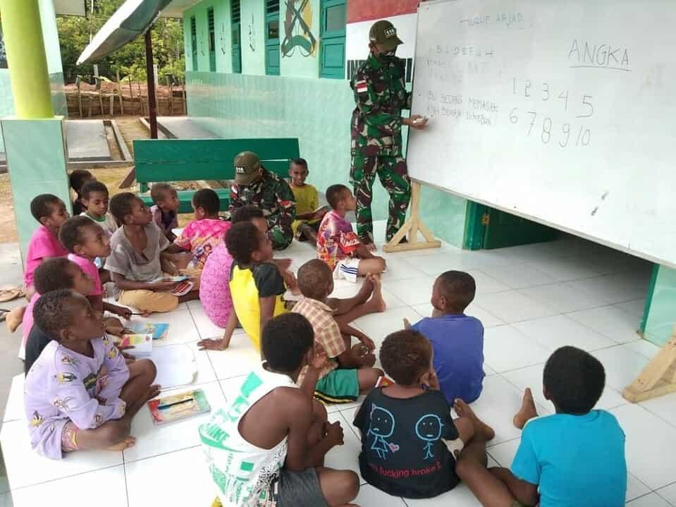 Satgas Pamtas Yonif 516 Ajarkan Membaca, Menulis dan Berhitung Kepada Anak-anak Perbatasan RI-PNG