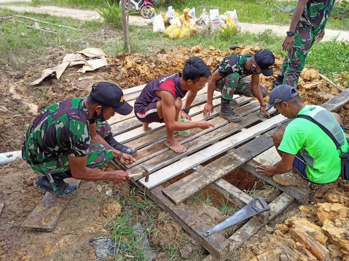 Terapkan Hidup Sehat, Satgas Yonif 407/PK Bantu Buatkan Jamban Untuk Warga di Perbatasan