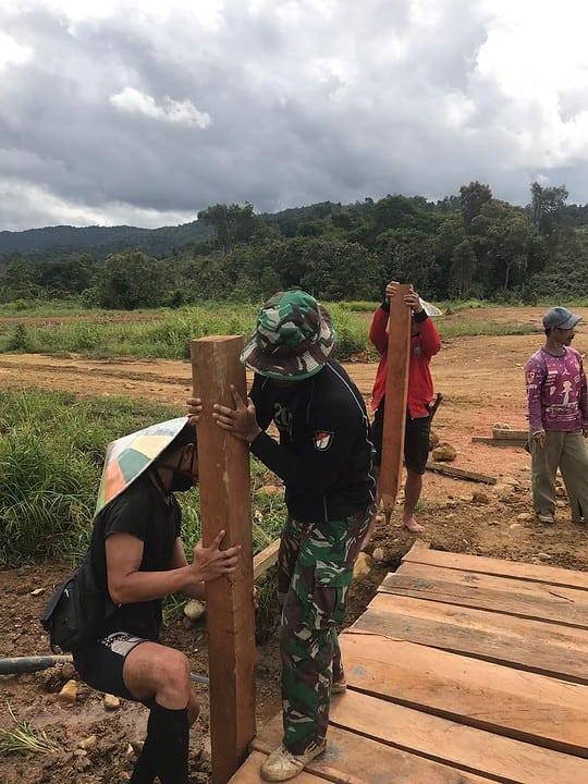 Bersama Warga Long Metun, Satgas Pamtas RI-Malaysia Yonif R 200/BN Membuat Jembatan Penghubung Desa