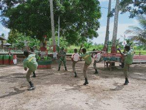 Tingkatkan Kemampuan Anggota Linmas Toray, Satgas Yonif 125 Latihkan Bela Diri