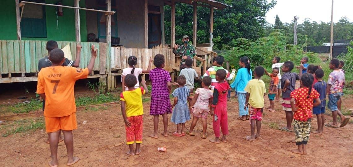 Mengisi Libur Sekolah, Satgas Yonif Mekanis 516/CY Ajak Belajar Kelompok