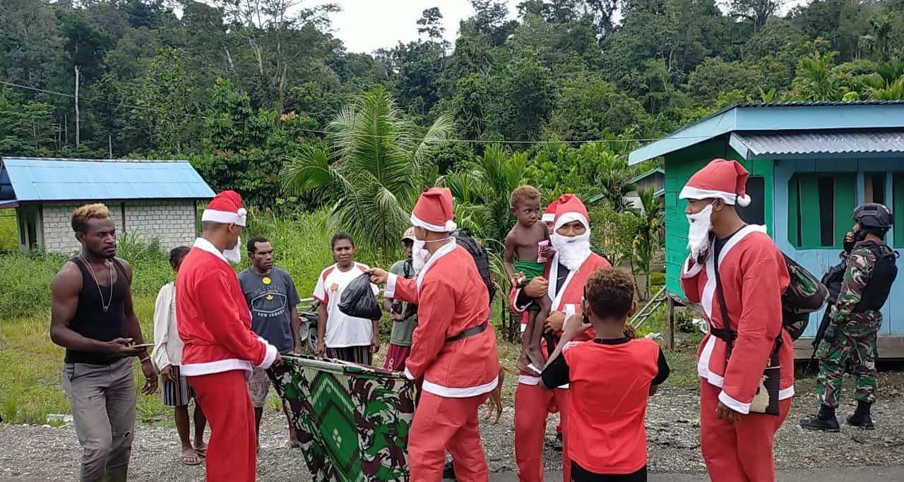 Puncak Natal, Satgas Yonif Raider 100/PS Bagikan 750 Paket Sembako dan 150 Paket Alat Sekolah