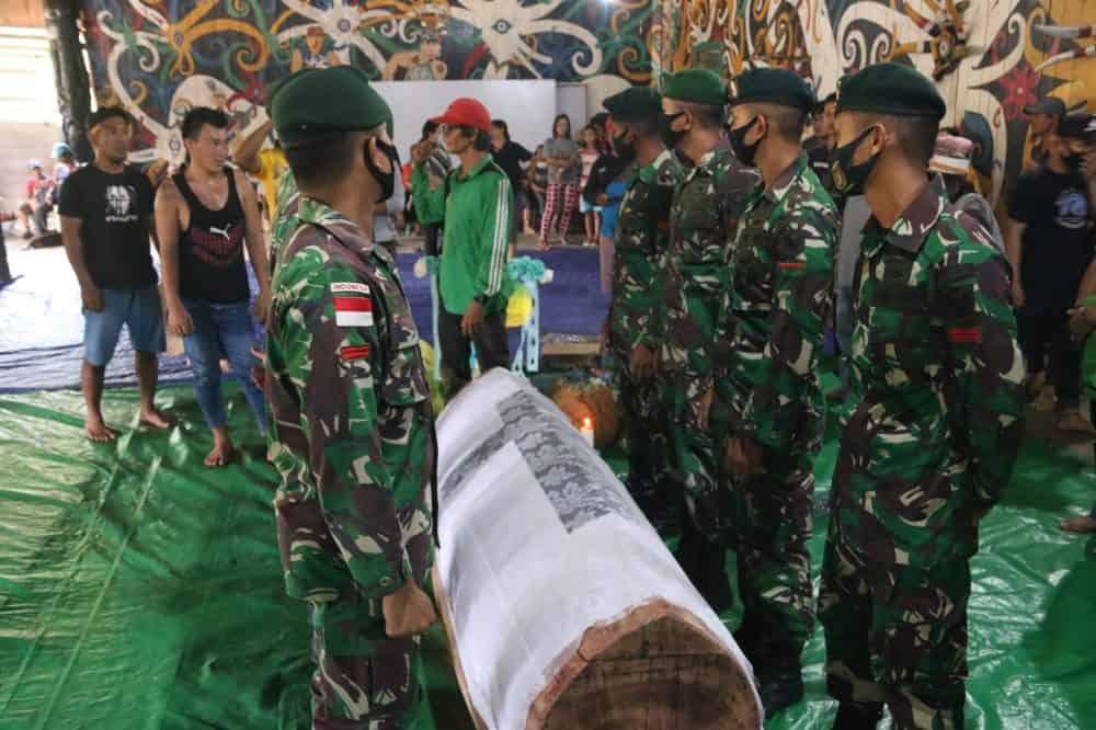Ikut Berduka, Satgas Pamtas RI-Malaysia Yonif R 200 Bantu Pemakaman Warga
