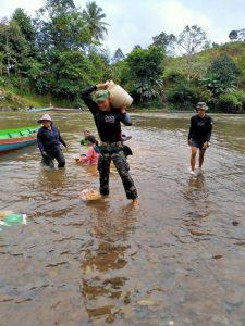 Satgas Pamtas RI-Malaysia Yonif R 200/BN Bantu Material Pembangunan Gereja