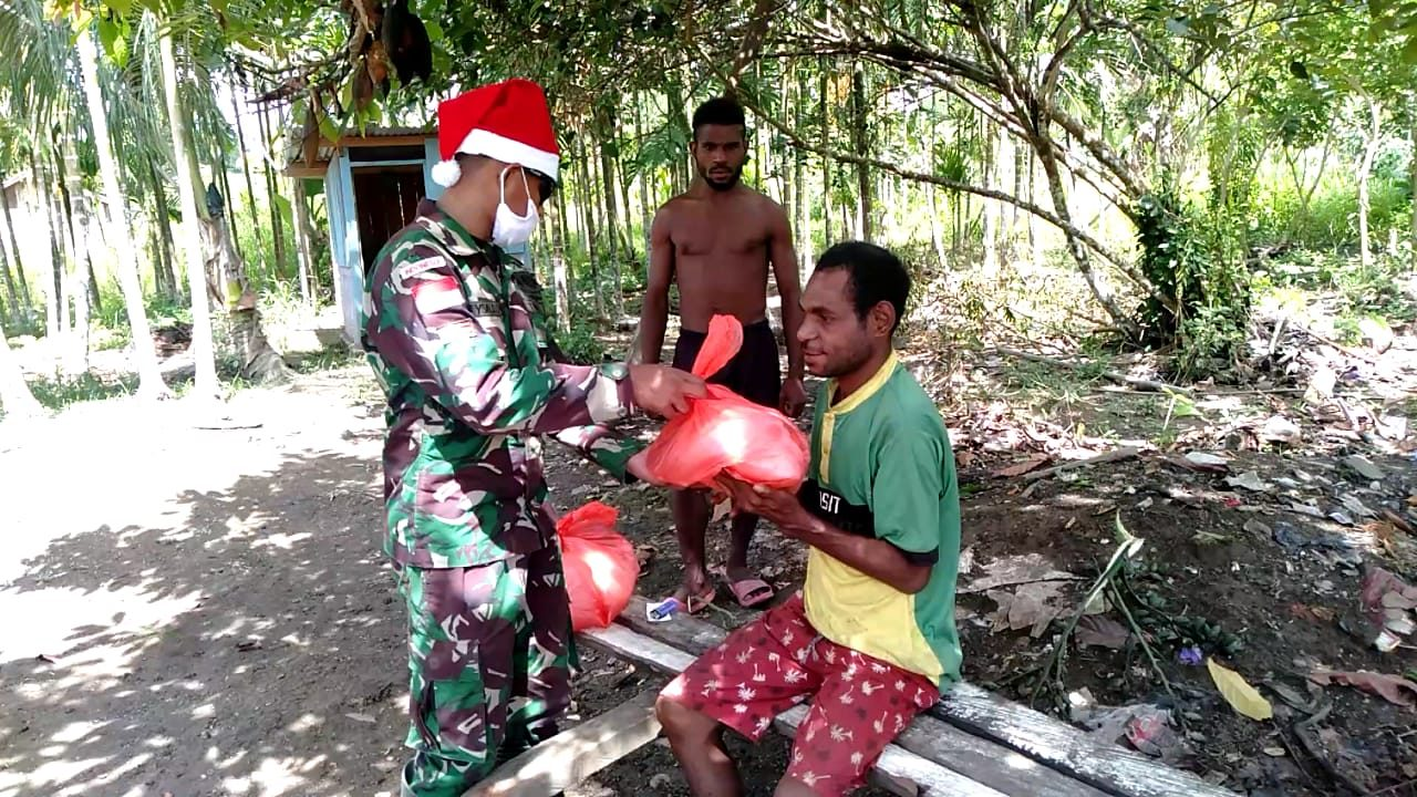 Berbagi Kasih, Satgas Yonif MR 413 Kostrad Bagikan Sembako Kepada Masyarakat Kampung Yetti