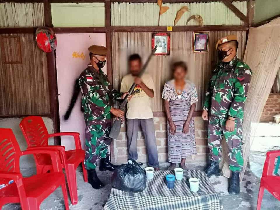 Satgas Yonarmed 3/105 Tarik Terima Senpi Secara Sukarela Dari Warga Desa Napan