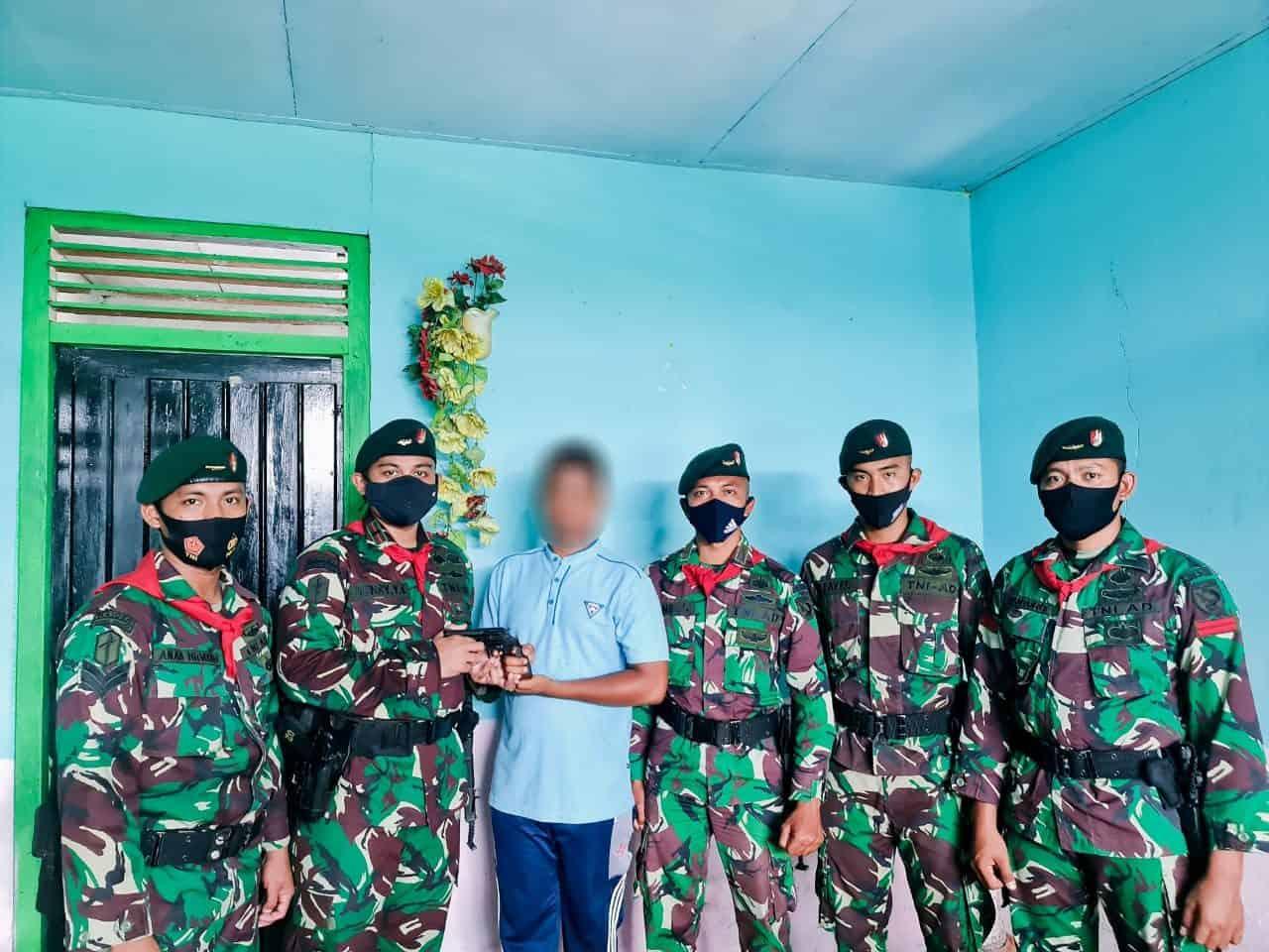 Lagi, Satgas Yonif RK 732/Banau Terima 1 Pucuk Senjata Organik dari Warga Maluku