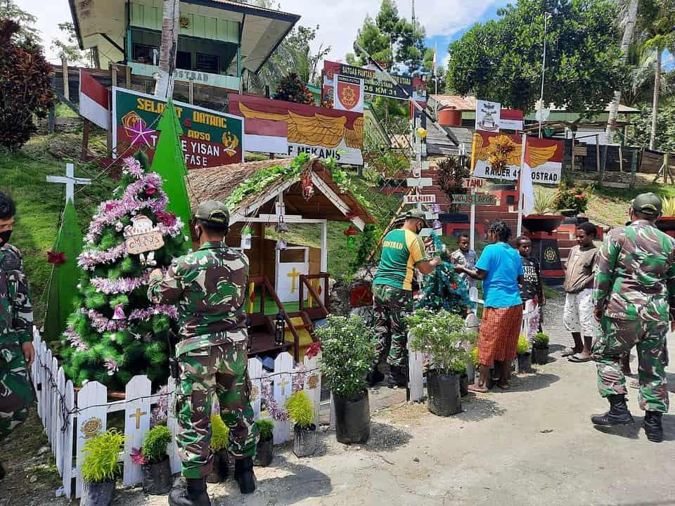 Bersama Masyarakat Perbatasan RI-PNG, Satgas Yonif MR 413 Kostrad Dirikan Pondok dan Pohon Natal