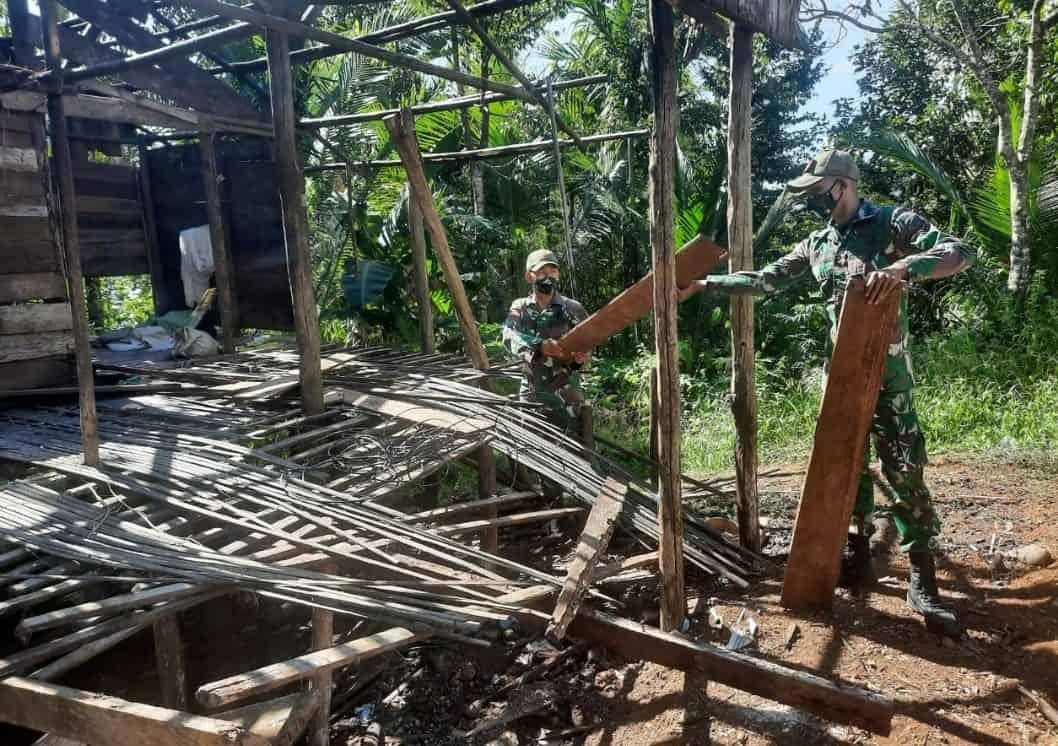 Satgas Pamtas Yonif Mekanis 516/CY Renovasi Rumah Saferia