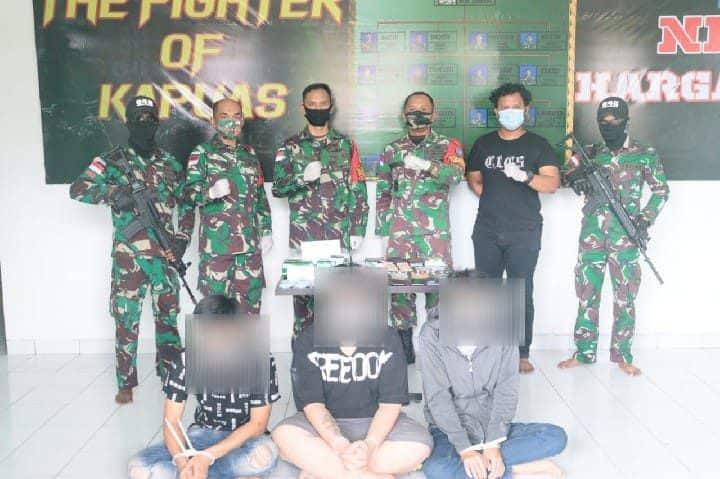 Berniat Selundupkan 4 Kg Sabu, Tiga Orang Warga Pontianak Diamankan Personel Satgas Pamtas Yonif 642 Kapuas